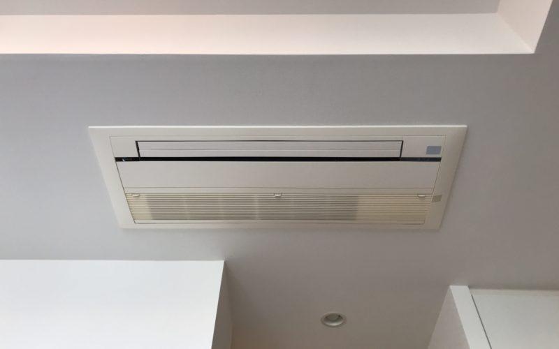 備え付けの天井埋め込みエアコン