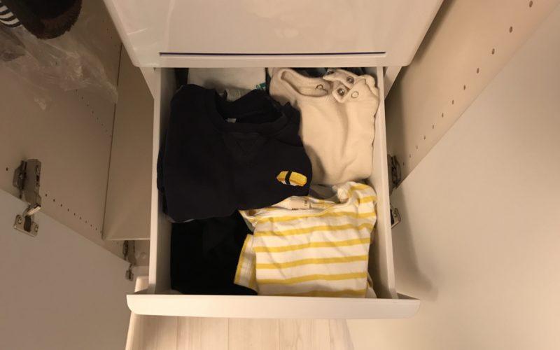 クローゼットのカラーボックスに収納されている1歳児の衣類