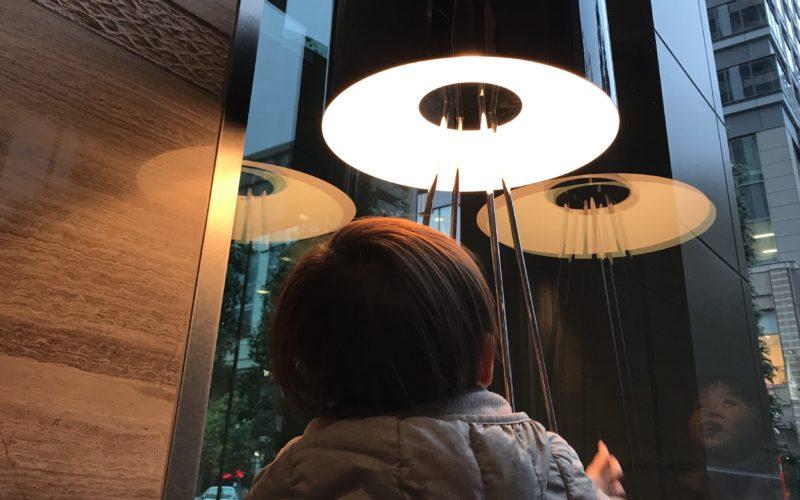 間接照明を見上げる1歳児