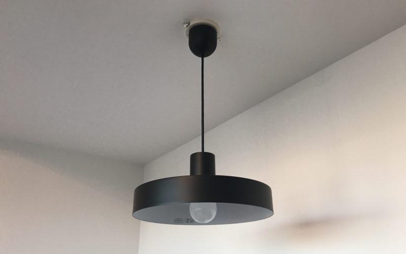 天井からつりさがる照明