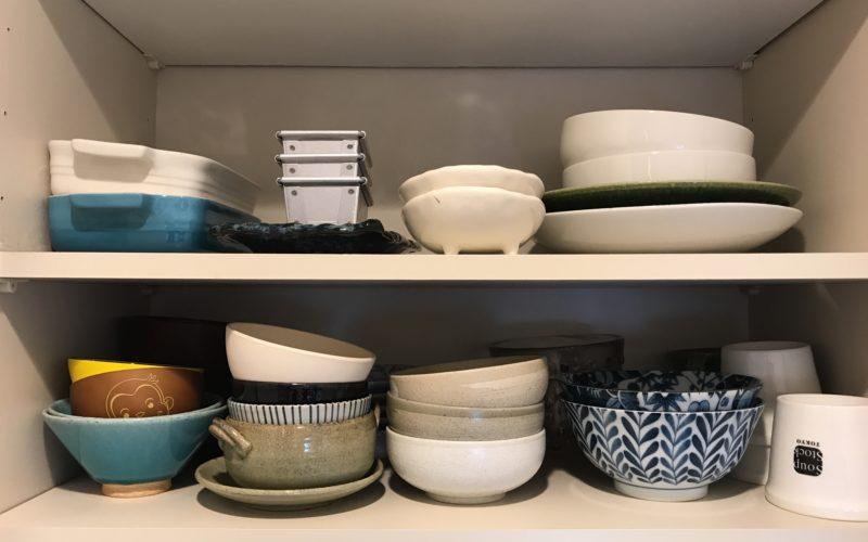 食器棚の中の食器類
