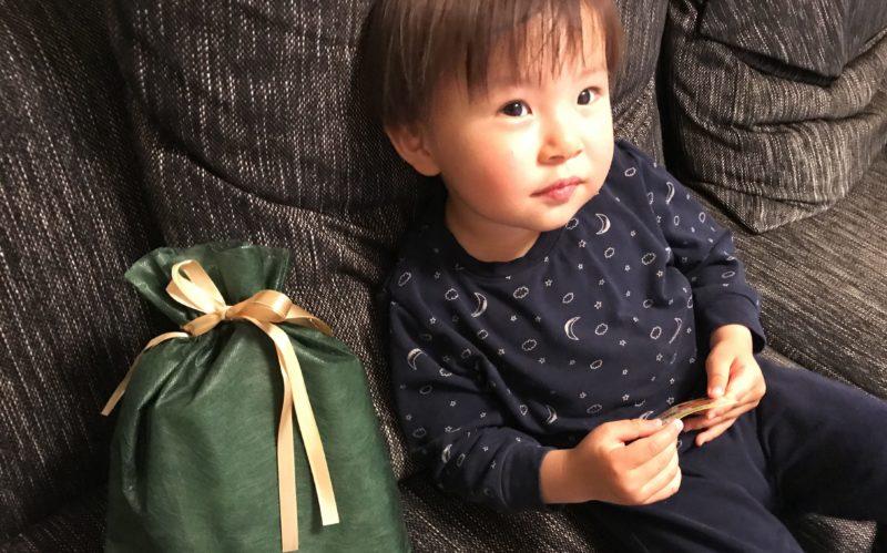 ソファの上の粗品と1歳児