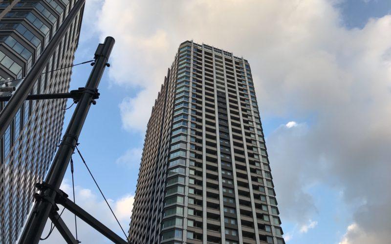下から見上げたタワーマンション