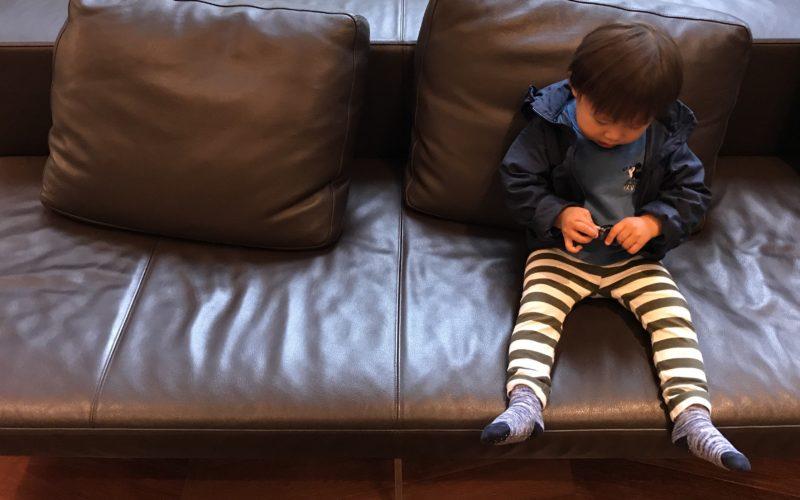 ソファにすわる1歳児