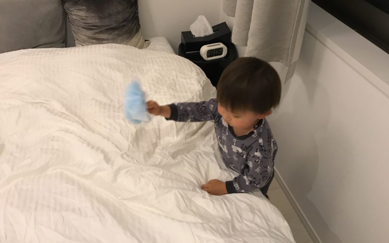 ハンディワイパーで新居の掃除をする1歳児
