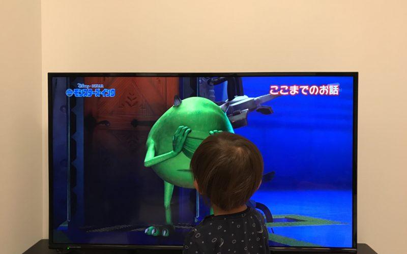 テレビでアニメを見る1歳児